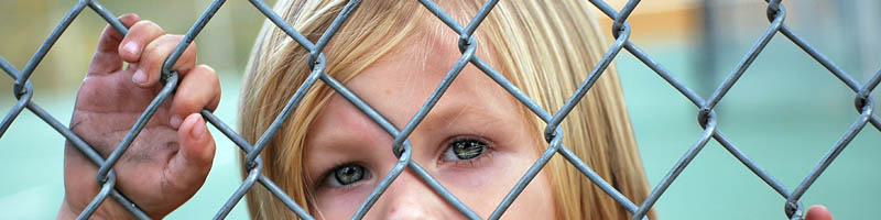 olhar de uma criança por trás de uma rede
